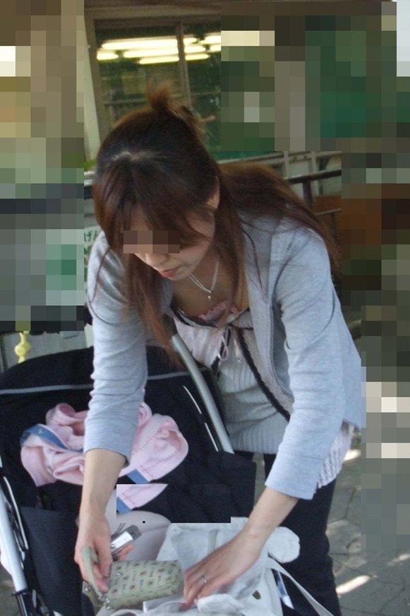 【ママチラエロ画像】ベビーカー押してるママさん達が隙だらけでチラ見えゲットし放題な件www  10