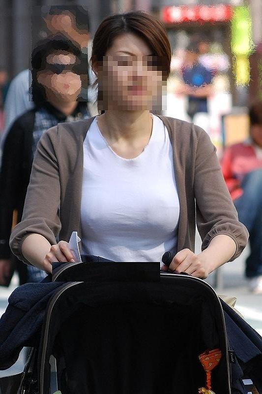 【ママチラエロ画像】ベビーカー押してるママさん達が隙だらけでチラ見えゲットし放題な件www  12