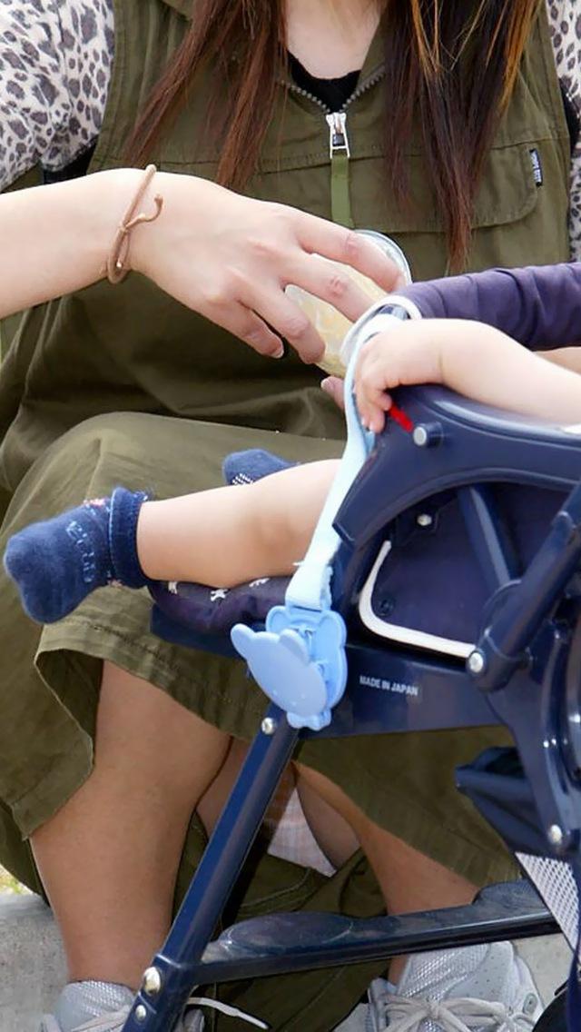 【ママチラエロ画像】ベビーカー押してるママさん達が隙だらけでチラ見えゲットし放題な件www  14