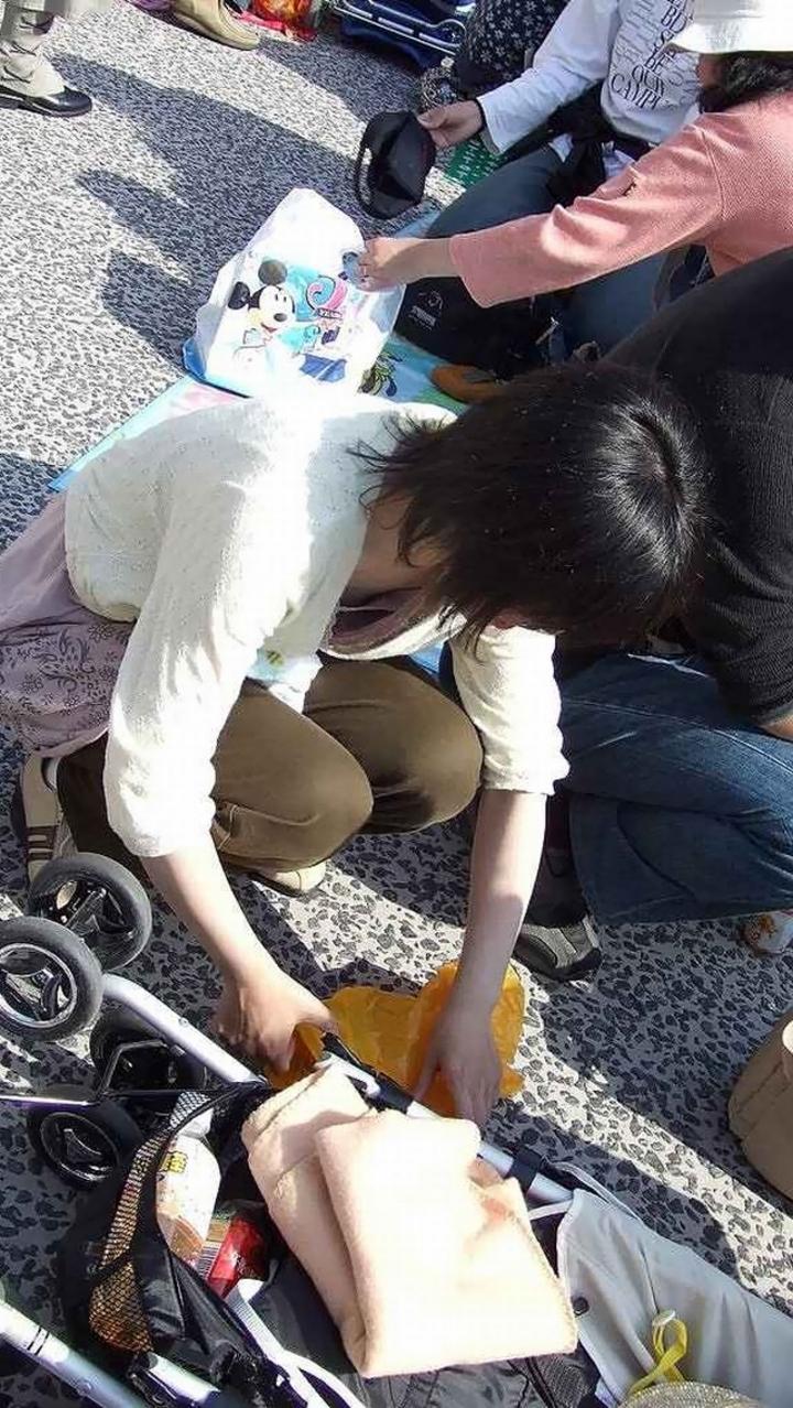 【ママチラエロ画像】ベビーカー押してるママさん達が隙だらけでチラ見えゲットし放題な件www  15