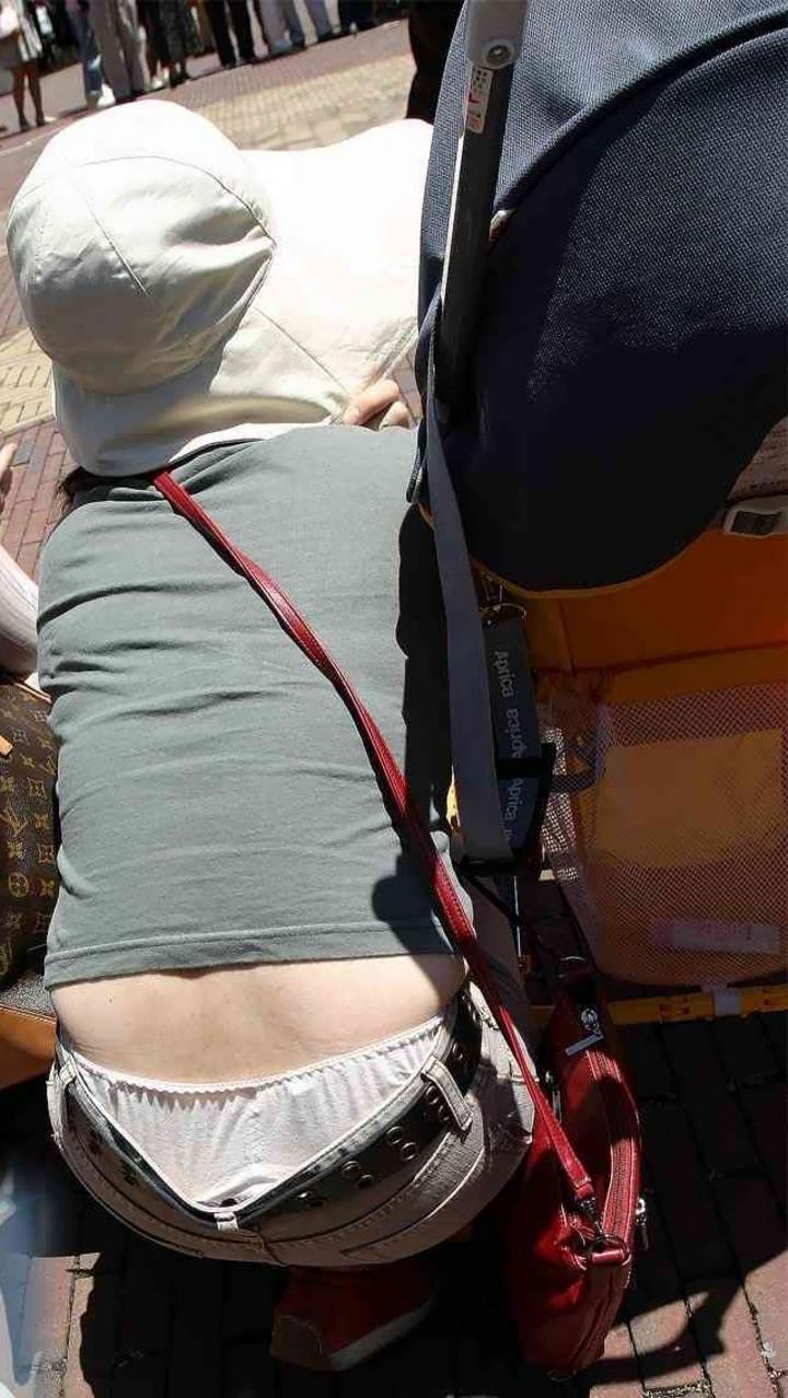 【ママチラエロ画像】ベビーカー押してるママさん達が隙だらけでチラ見えゲットし放題な件www  16