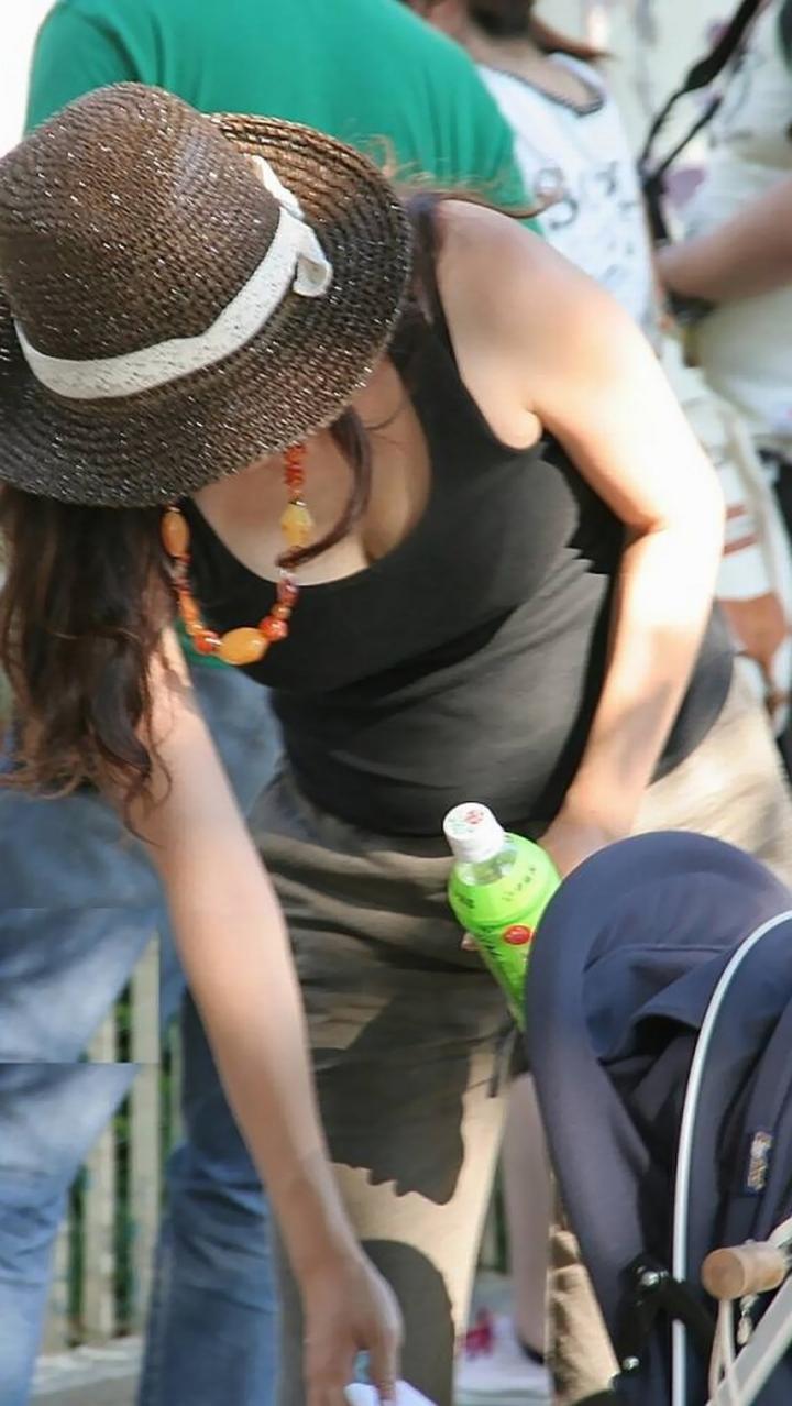 【ママチラエロ画像】ベビーカー押してるママさん達が隙だらけでチラ見えゲットし放題な件www  17