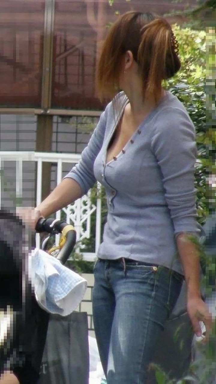 【ママチラエロ画像】ベビーカー押してるママさん達が隙だらけでチラ見えゲットし放題な件www  18