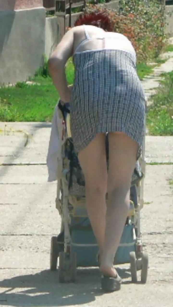 【ママチラエロ画像】ベビーカー押してるママさん達が隙だらけでチラ見えゲットし放題な件www  19
