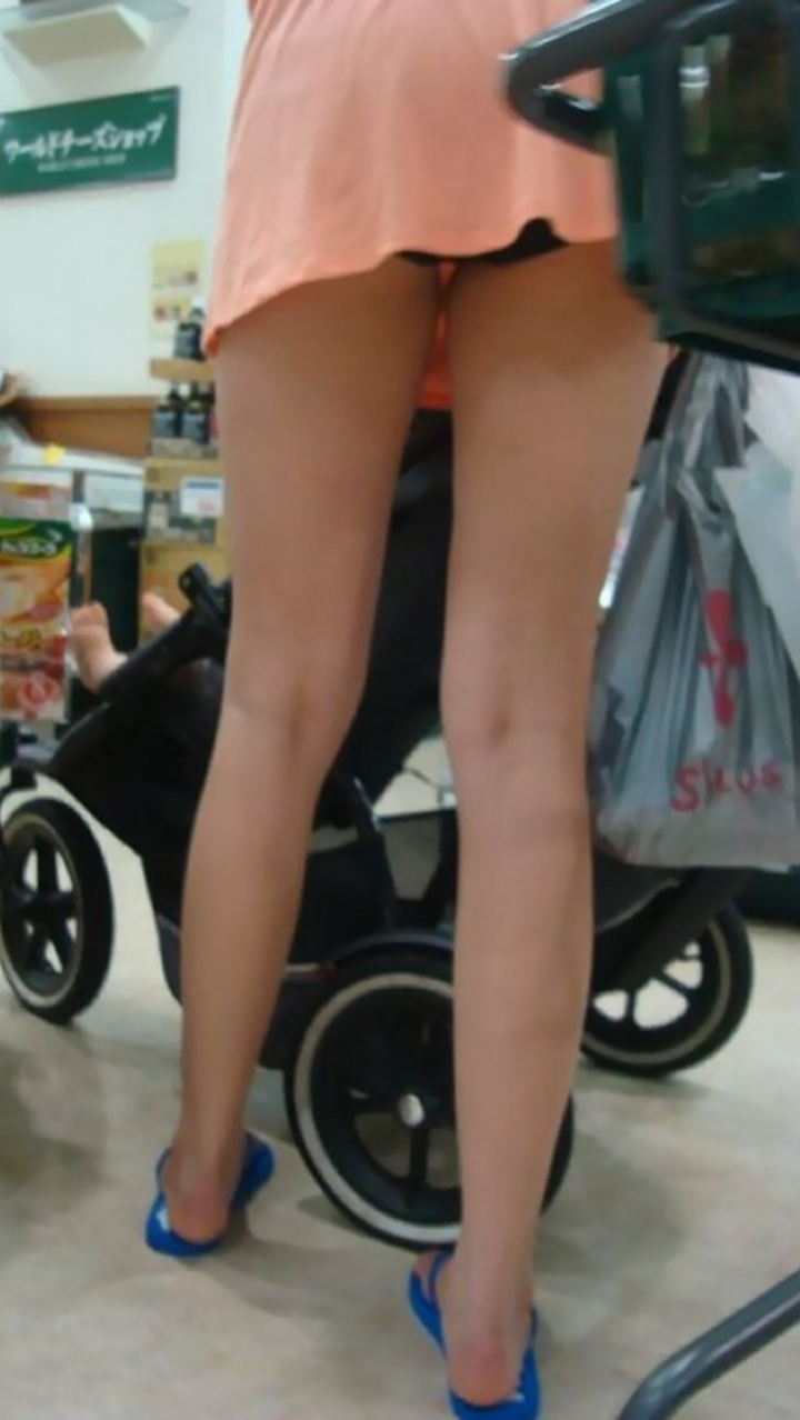 【ママチラエロ画像】ベビーカー押してるママさん達が隙だらけでチラ見えゲットし放題な件www  20