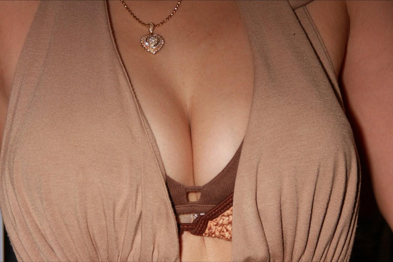 【女乳エロ画像】チョイと寄せてみるだけで卑猥さ暴走www是非挟まれたいおっぱいの谷間  02