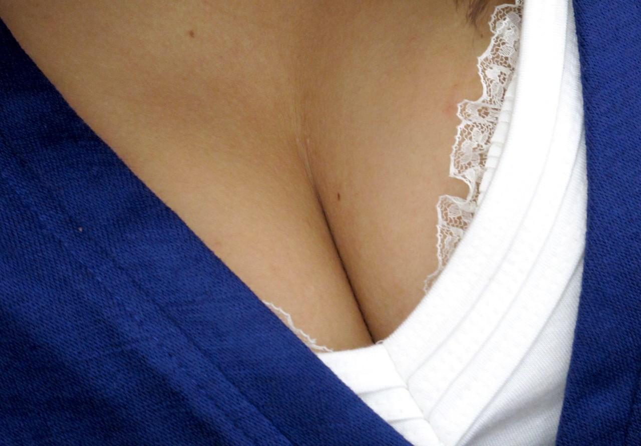 【女乳エロ画像】チョイと寄せてみるだけで卑猥さ暴走www是非挟まれたいおっぱいの谷間  03
