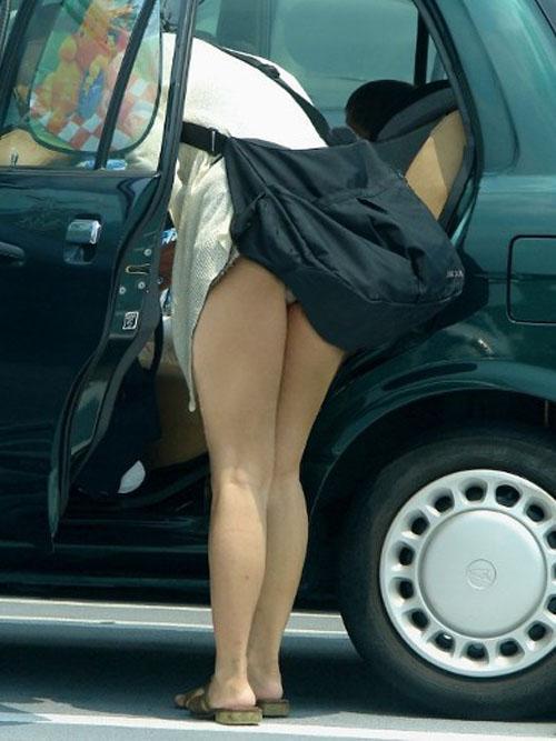 【パンチラエロ画像】ミニスカ女が車に…乗り込む時も降りる時も、パンチラチャンス連発!  01