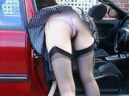 【パンチラエロ画像】ミニスカ女が車に…乗り込む時も降りる時も、パンチラチャンス連発!  02