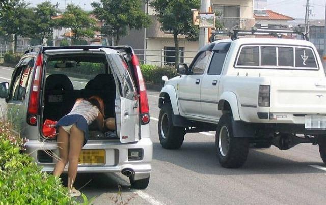 【パンチラエロ画像】ミニスカ女が車に…乗り込む時も降りる時も、パンチラチャンス連発!  03