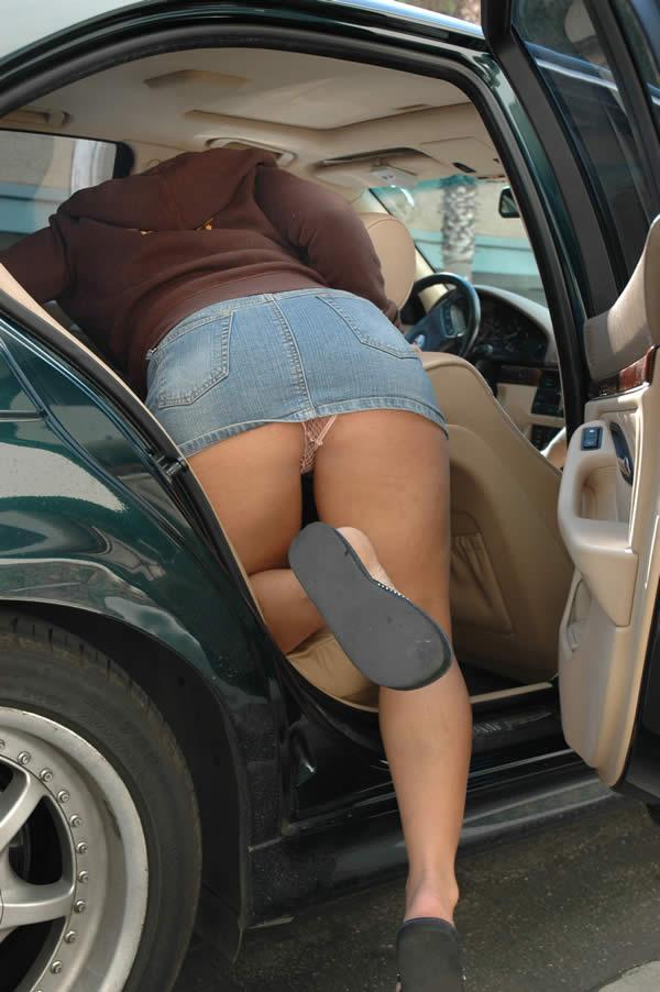 【パンチラエロ画像】ミニスカ女が車に…乗り込む時も降りる時も、パンチラチャンス連発!  05