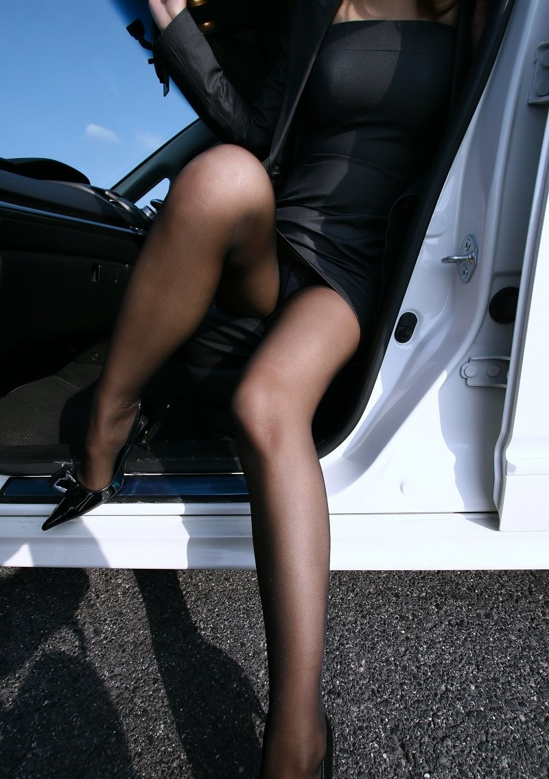 【パンチラエロ画像】ミニスカ女が車に…乗り込む時も降りる時も、パンチラチャンス連発!  16