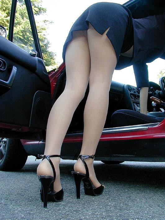 【パンチラエロ画像】ミニスカ女が車に…乗り込む時も降りる時も、パンチラチャンス連発!  20