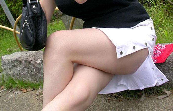 【街撮りエロ画像】タイトスカートのスリットが割れたら…見えそうで見えない脚の付け根に視線フリーズwww  001