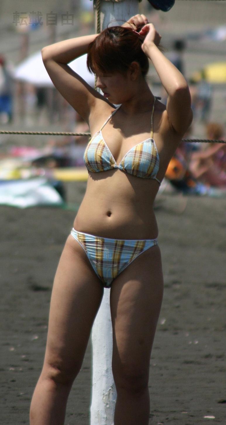 【水着エロ画像】ビキニからおっぱい半分出してる素人ギャル達wやはり夏の海はオナネタ探しに最適www  07