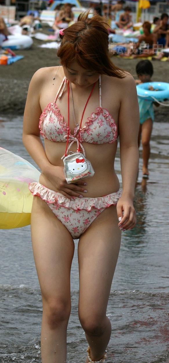 【水着エロ画像】ビキニからおっぱい半分出してる素人ギャル達wやはり夏の海はオナネタ探しに最適www  08