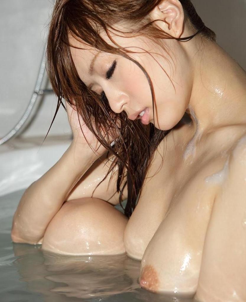 【お風呂のエロ画像】体を洗いながら少し遊んでいる女の子の入浴タイムに潜入!  19