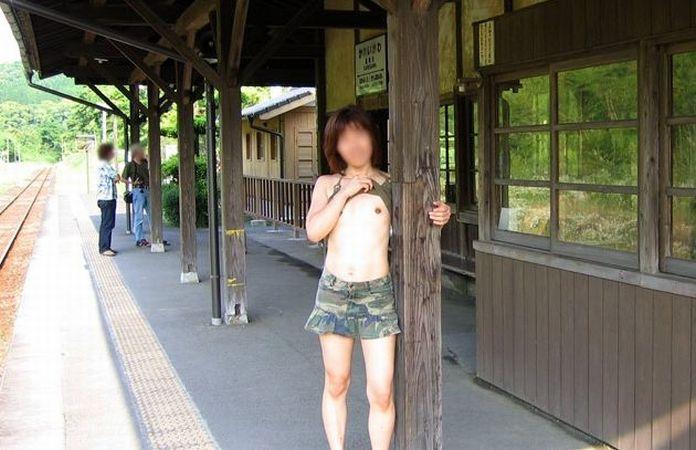 【野外露出エロ画像】嫁と田舎町に旅行したら脱ぎだして「撮って♪」だと。離婚していいかな?