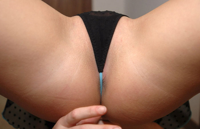 【尻フェチエロ画像】最も簡単で効果のある羞恥プレイw皺数まで把握する勢いでアナル観賞www  001