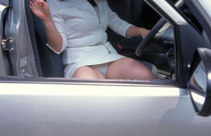 【パンチラエロ画像】隣のミニスカ女子をエスコートする振りして…車の乗降時にパンチラする瞬間撮りwww  001