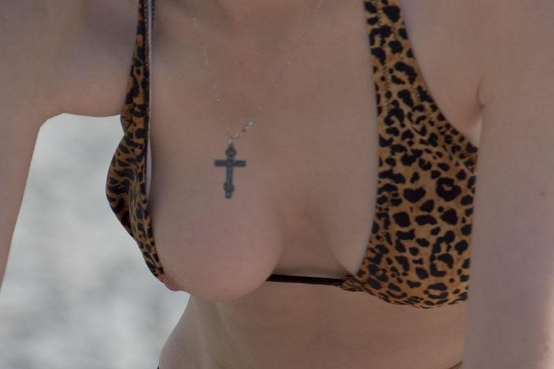 【水着エロ画像】海行ってコレが拝めたら今年は思い残すことゼロwチクポロ連発な水着のハプニング画像  06