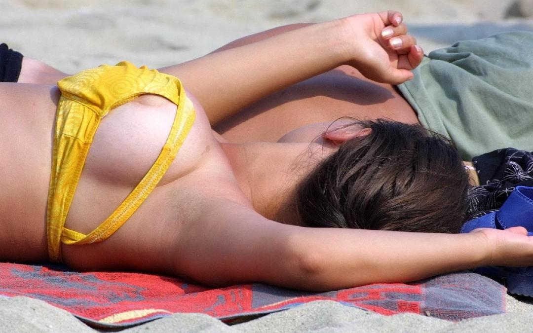 【水着エロ画像】海行ってコレが拝めたら今年は思い残すことゼロwチクポロ連発な水着のハプニング画像  17