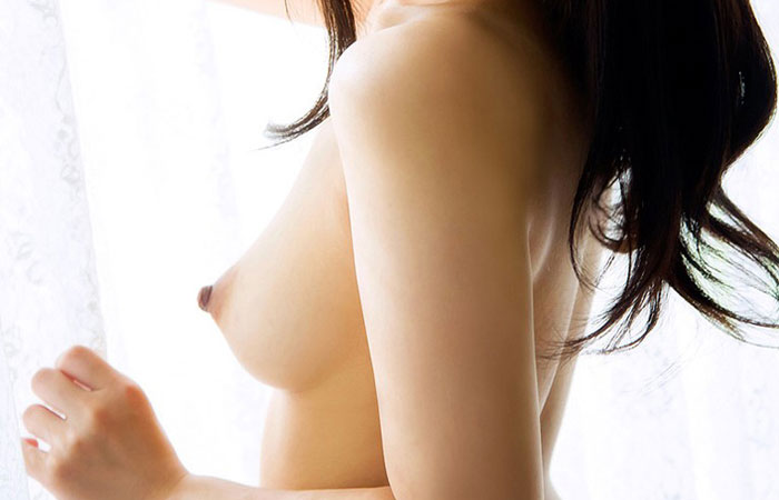 【横乳エロ画像】膨らみと形の良さに乳首の尖り度もバッチリ!真横からの乳撮りwww  001