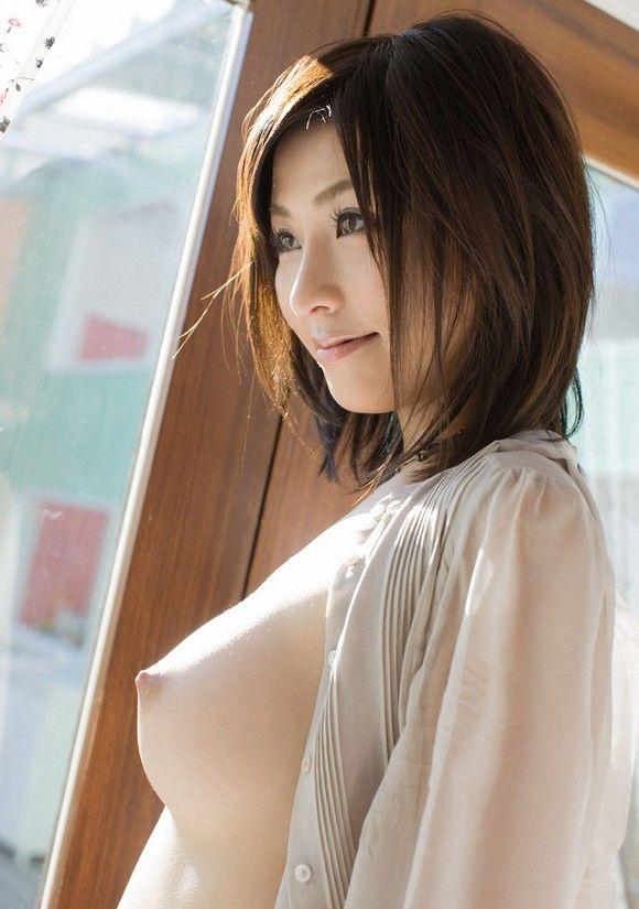 【横乳エロ画像】膨らみと形の良さに乳首の尖り度もバッチリ!真横からの乳撮りwww  10
