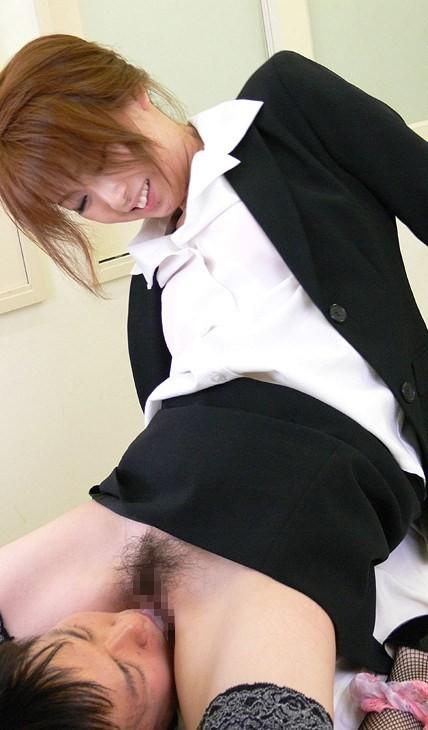 【女上位エロ画像】どちらが優位なのかは微妙w男に跨りアソコ舐られまくりの顔面騎乗画像  05