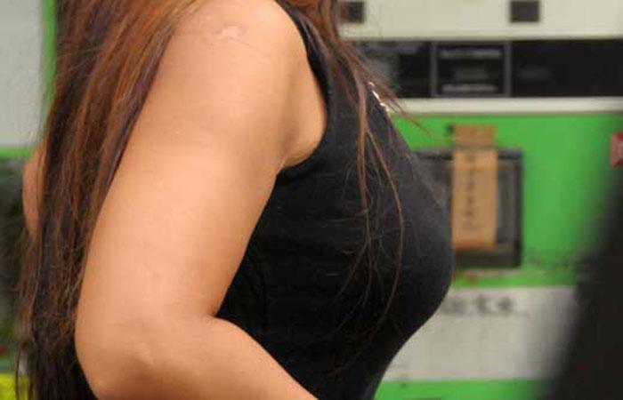 【街撮り着衣胸エロ画像】今や都会は目立ちすぎな乳袋だらけw視線を奪う罪な着衣巨乳たちwww  001