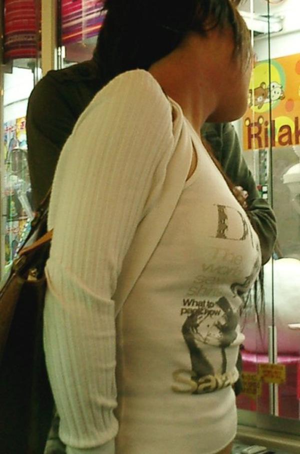 【街撮り着衣胸エロ画像】今や都会は目立ちすぎな乳袋だらけw視線を奪う罪な着衣巨乳たちwww  18