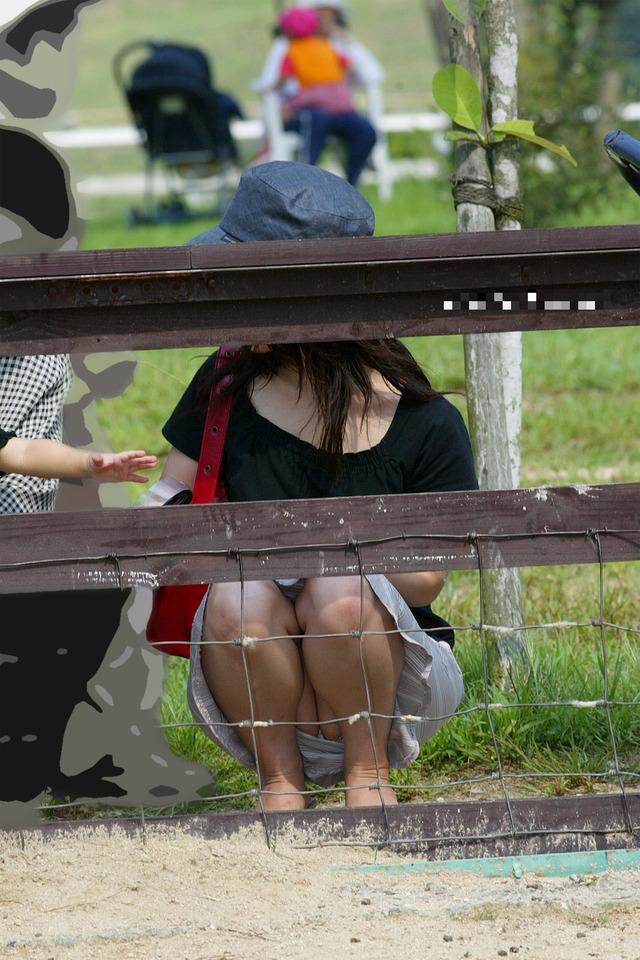 【街撮りママチラ画像】街の奥さん方パンツ見せすぎwあまりに無防備だから余裕で覗けたままパンチラwww  01