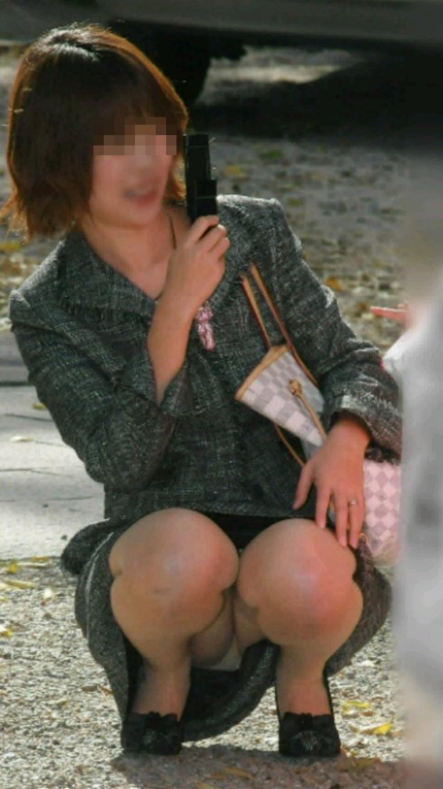 【街撮りママチラ画像】街の奥さん方パンツ見せすぎwあまりに無防備だから余裕で覗けたままパンチラwww  03
