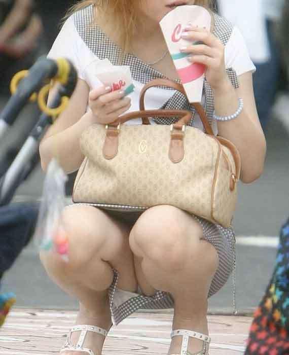【街撮りママチラ画像】街の奥さん方パンツ見せすぎwあまりに無防備だから余裕で覗けたままパンチラwww  04