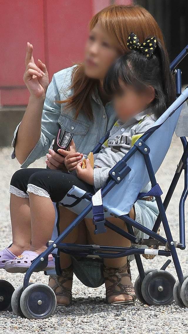 【街撮りママチラ画像】街の奥さん方パンツ見せすぎwあまりに無防備だから余裕で覗けたままパンチラwww  05