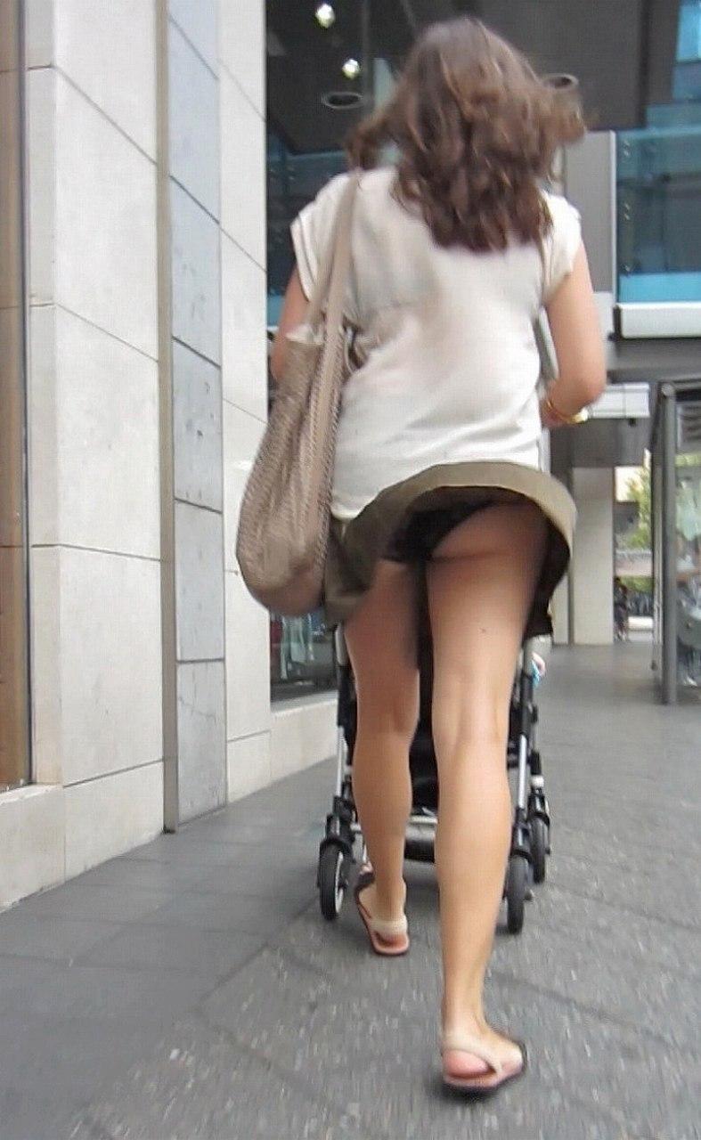 【街撮りママチラ画像】街の奥さん方パンツ見せすぎwあまりに無防備だから余裕で覗けたままパンチラwww  06