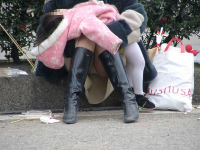 【街撮りママチラ画像】街の奥さん方パンツ見せすぎwあまりに無防備だから余裕で覗けたままパンチラwww  12