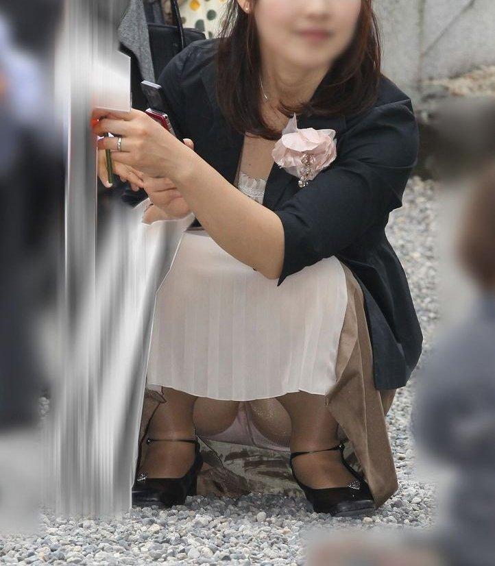 【街撮りママチラ画像】街の奥さん方パンツ見せすぎwあまりに無防備だから余裕で覗けたままパンチラwww  20