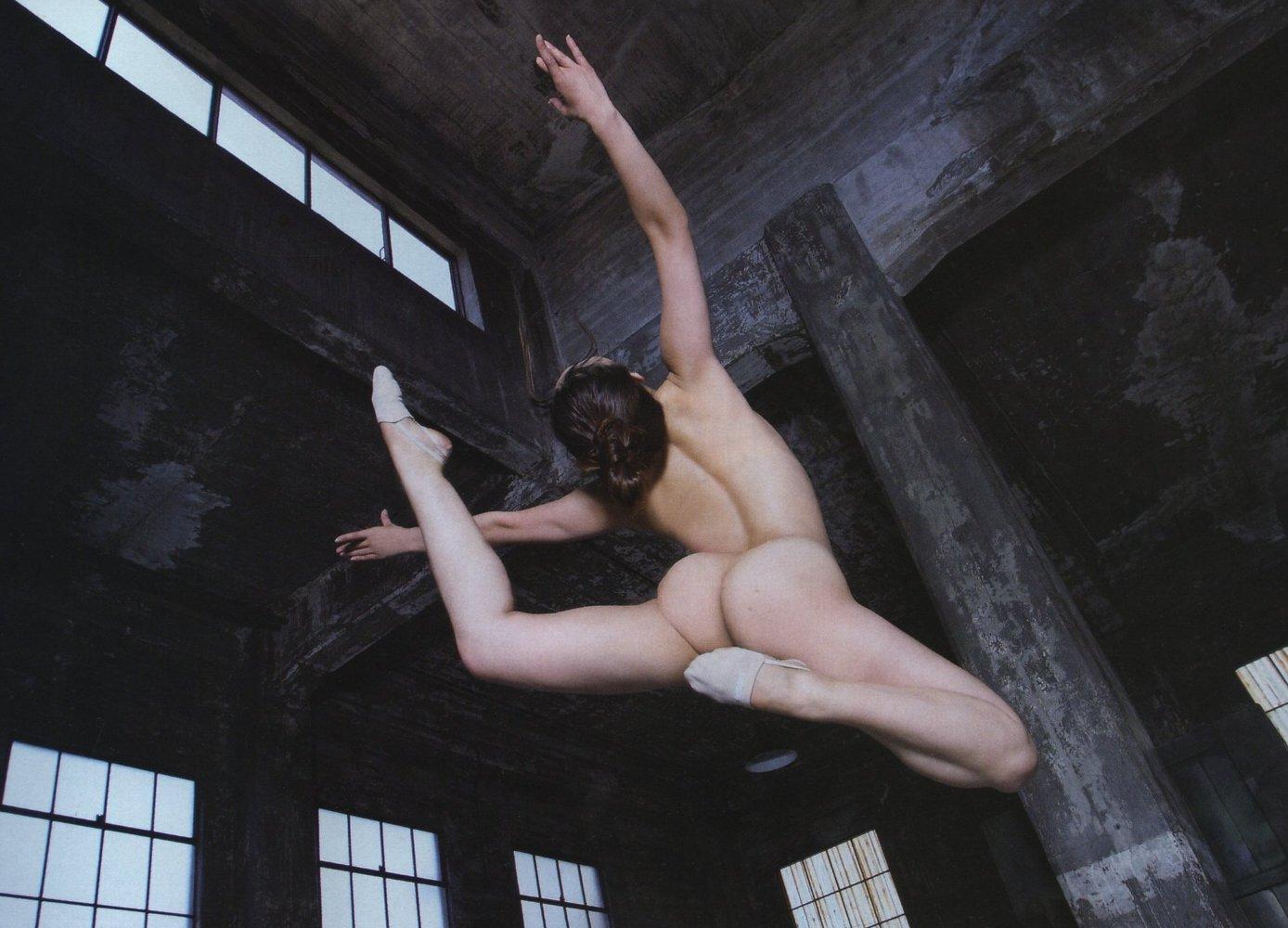 【女体エロ画像】女子が全裸で激しく躍動中…くっそエロいけどなんか馬鹿www  07