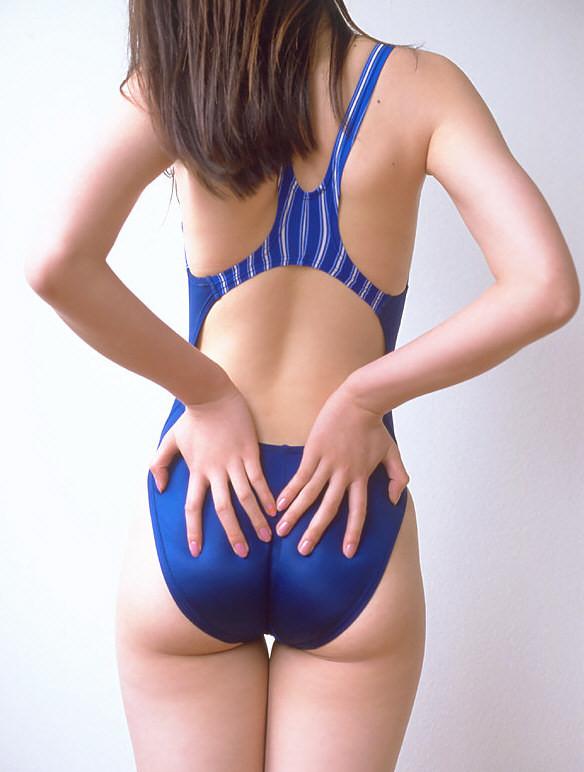 【競泳水着エロ画像】窮屈でハミ出す感じの尻が美味しそうwww素敵な競泳水着ヒップ  01