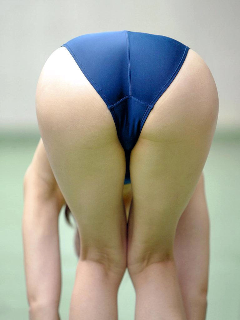 【競泳水着エロ画像】窮屈でハミ出す感じの尻が美味しそうwww素敵な競泳水着ヒップ  05