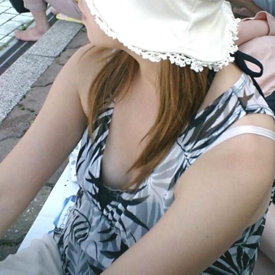 【街撮り胸チラエロ画像】まだまだ暑いですが、エロい胸チラが沢山拝めるなら乗り切れる自信が湧きますwww  15
