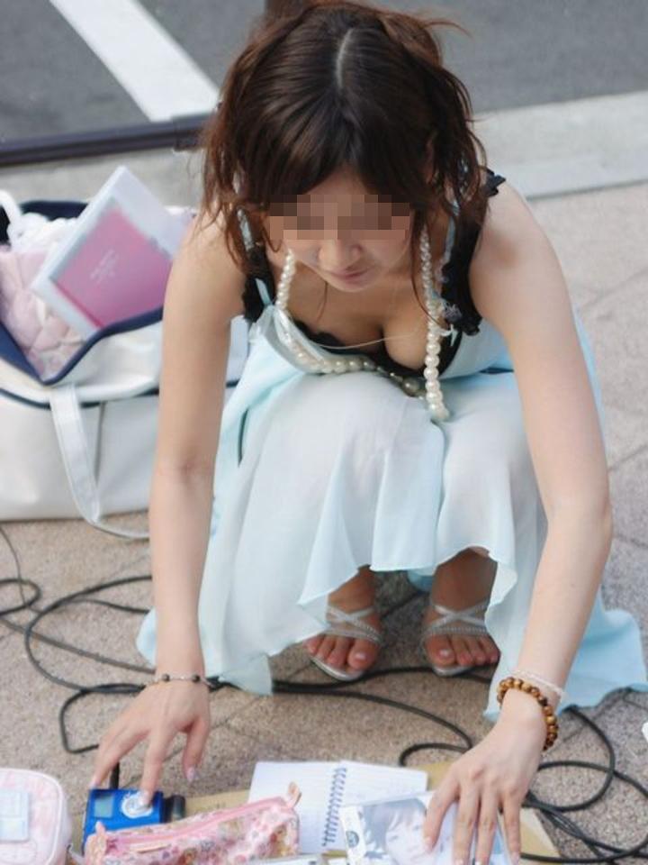 【街撮り胸チラエロ画像】まだまだ暑いですが、エロい胸チラが沢山拝めるなら乗り切れる自信が湧きますwww  17