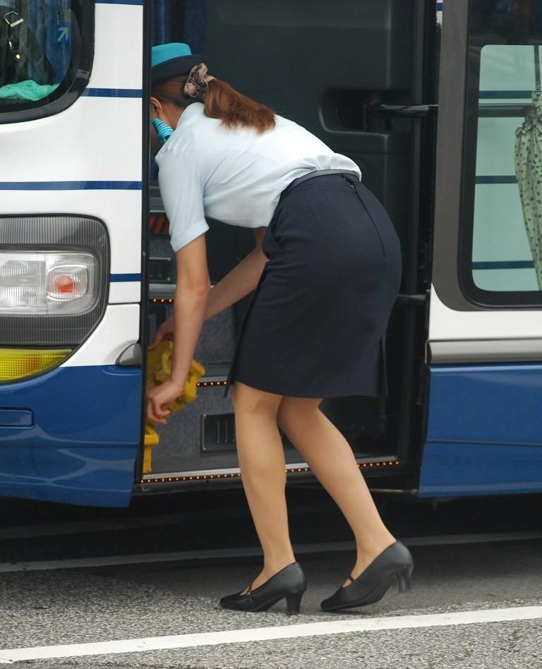 【働く女性微エロ画像】OL風女性のタイトスカートに包まれた尻が際立つ瞬間を激写!  13