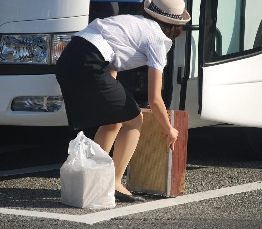 【働く女性微エロ画像】OL風女性のタイトスカートに包まれた尻が際立つ瞬間を激写!  16