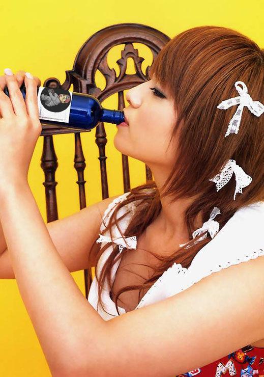 【フェチ系エロ画像】イヤらしいこと妄想できそうな感じでw女子が舌出して飲み食いする姿www  11