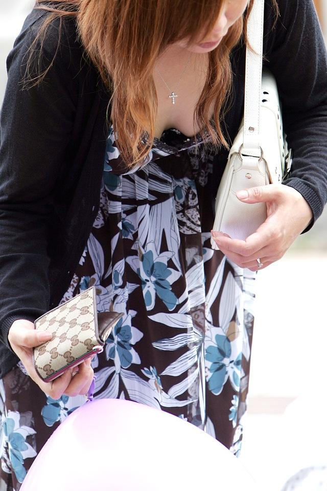 【街撮り胸チラエロ画像】油断してたら吸い込まれそう…公の場で露になった巨乳女性の美味しそうな胸の谷間www 18