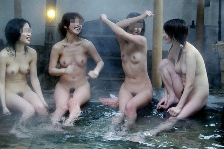 【素人露出エロ画像】露天風呂へ行ったら兎に角1枚w嫁もノリノリで撮影に応じてニッコリwww 12