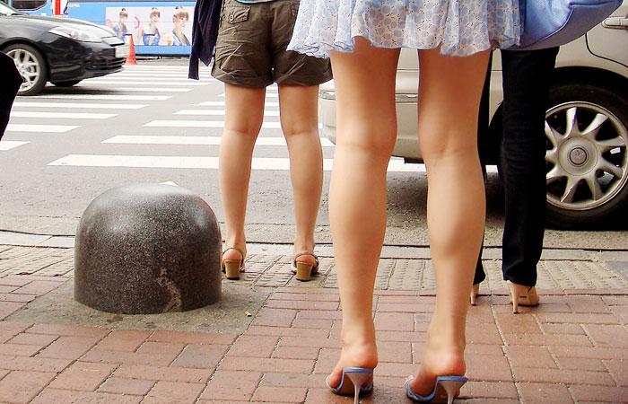 【海外美脚微エロ画像】スリットのエグいチャイナドレスが絶対似合いそうな中華美女の極上美脚を出張撮り! 001