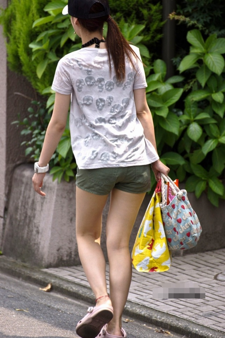 【街撮りショーパン微エロ画像】付け根際まで見えるムチムチ太ももとハミ出た尻が素敵すぎる街角のショーパン女子www 03